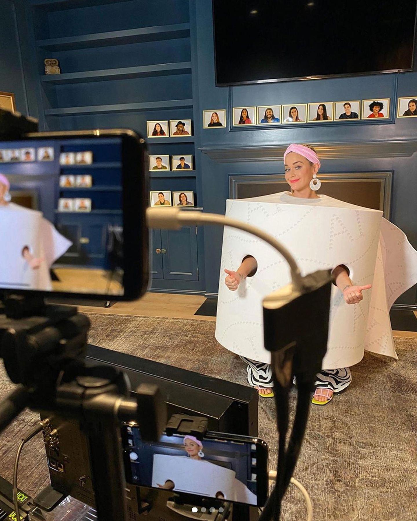 """Die Dreharbeiten für die Casting-Show """"American Idol"""" gehen weiter, und in Zeiten der Coronakrise stimmt Jury-Mitglied Katy Perry ihre Kostüme natürlich auf die derzeitige Situation ab."""