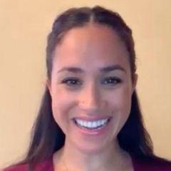 Meghan meldet sich via Video-Anruf aus dem Homeoffice. Sie zeigt sich in einem schlichten Pullover und auch Make-up und Hairstyling sind schlicht gehalten. Ihre dunkle Mähne hat sie zu einem coolen Half-Bun hochgesteckt. Eine einfache Frisur, die nicht nur ihr zu gefallen scheint...