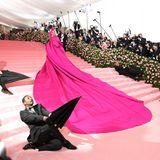 2019  Lady Gaga zeigte sich mit ihrem Riesentraum in Pink als überaus wandelbar. Am Ende des roten Teppich war der Stoffberg einem Glitzer-Bikini undNetzstrümpfen gewichen.
