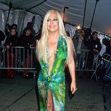 1999  Kommt Ihnen dieses Kleid bekannt vor? Uns auch! Designerin Donatella Versace zeigte dieses Outfit schon Monate bevor Jennifer Lopez es bei den Grammys 2000 weltberühmt machte.