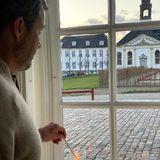 5. Mai 2020  Den 75. Jahrestag der Befreiung von der deutschen Besetzung begehen Prinz Frederik und seine Familie mit einer stillen und andächtigen Geste. Auf den Schlösser Fredensborg,Amalienborg und Schackenborg entzündet die dänische Königsfamilie Kerzen in den Fenstern. Prinzessin Mary hat diesen Moment festgehalten.