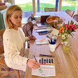 Holz, Bast und frische Blumen: So gemütlich und familiär hat Reese Witherspoon ihren großen Esstisch für die ganze Familie gestaltet.