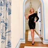 """Schauspielerin Reese Witherspoon hat sich in ihrer Heimat Nashville ein wunderschönes Haus im lokalen Stil eingerichtet. Blaue Zeichnungen um die Türrahmen harmonieren perfekt mit dem """"Teekannen-Muster"""" der Gardinen, edle Holzfußböden runden das Gesamtkunstwerk Flur ab."""