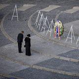 5. Mai 2020  Königin Máxima und König Willem-Alexander sind die ersten, die auf dem leeren Damplatz am Nationalmonument in Amsterdam ihren Kranz niederlegen.