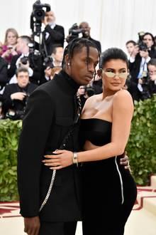 Das frischgebackene Elternpaar, Travis Scott und Kylie Jenner, posiert für die Fotografen. Der Reißverschluss an der Seite von Kylies Kleid sollte eigentlich nicht da sein...