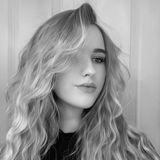 Adeline Norberg, die Tochter von Michael Wendler und Claudia Norberg, posiert für ein Selfie, welches sie auf Instagram hochlädt. Voluminöse Locken, ein starkes Make-up, ein dramatischer Schwarz-Weiß-Filter - für das perfekte Bild ergreift sie so einige Maßnahmen. Es scheint auch, als hätte sie mit Photoshop experimentiert und dabei ihr rechtes Auge fast wegretuschiert.