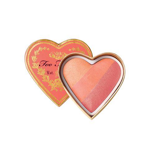 """Das """"Sweethearts Blush"""" von Too Faced ist nicht nur optisch das perfekte Geschenk zum Muttertag. Dreiaufeinander abgestimmte Nuancen sorgen für einen strahlenden, jünger und vital aussehenden Teint. Ca. 27 Euro."""