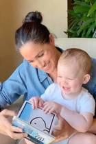 """6. Mai 2020  Happy Birthday, Archie! Zum ersten Geburtstag von Baby Archie teilt die britische Hilfsorganisation""""Save the Children"""" ein goldiges Video, dasMama Meghan zeigt, wie sie ihrem kleinen Sohn aus dem Buch """"Duck! Rabbit!"""" vorliest. Und gefilmt wird die süße Vorlesestunde von Papa Prinz Harry höchstpersönlich."""