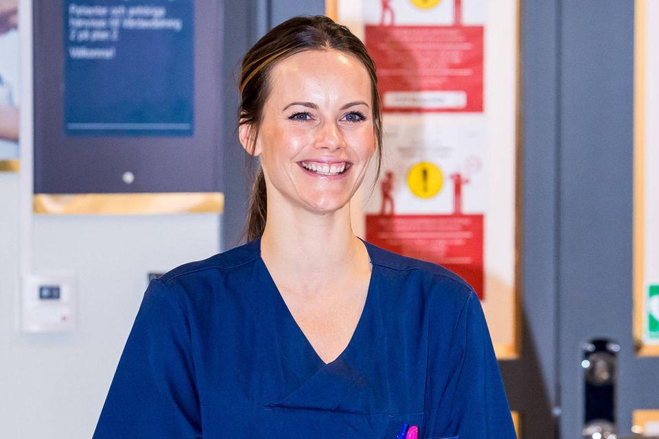 Mit Elan und Freude tritt Prinzessin Sofia ihre Arbeit als Pflegeassistentin während der Coronakriseim Krankenhaus Sophiahemmetin Stockholm an.
