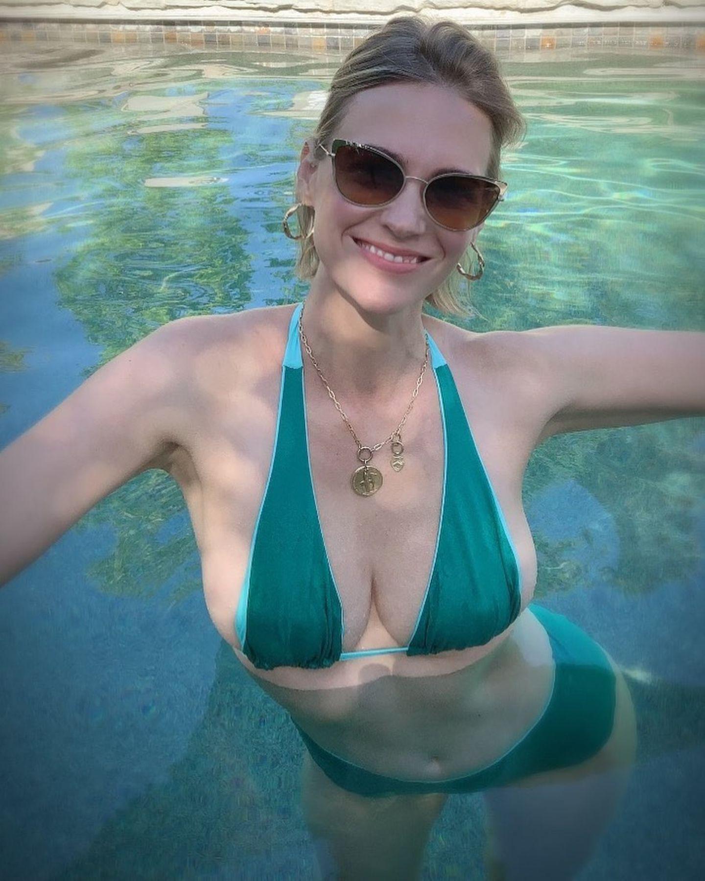 """Schauspielerin January Jones nutzt die Zeit in Quarantäne für ein paar Runden im Pool.Dass die 42-Jährigein Topform ist beweist sie mit diesem Bikini-Schnappschuss. Ihre Fans fragen sich unter dem Bild: """"Warum alterst du einfach nicht?"""" Wie sie das macht, würden wir auch gerne wissen.Wow!"""