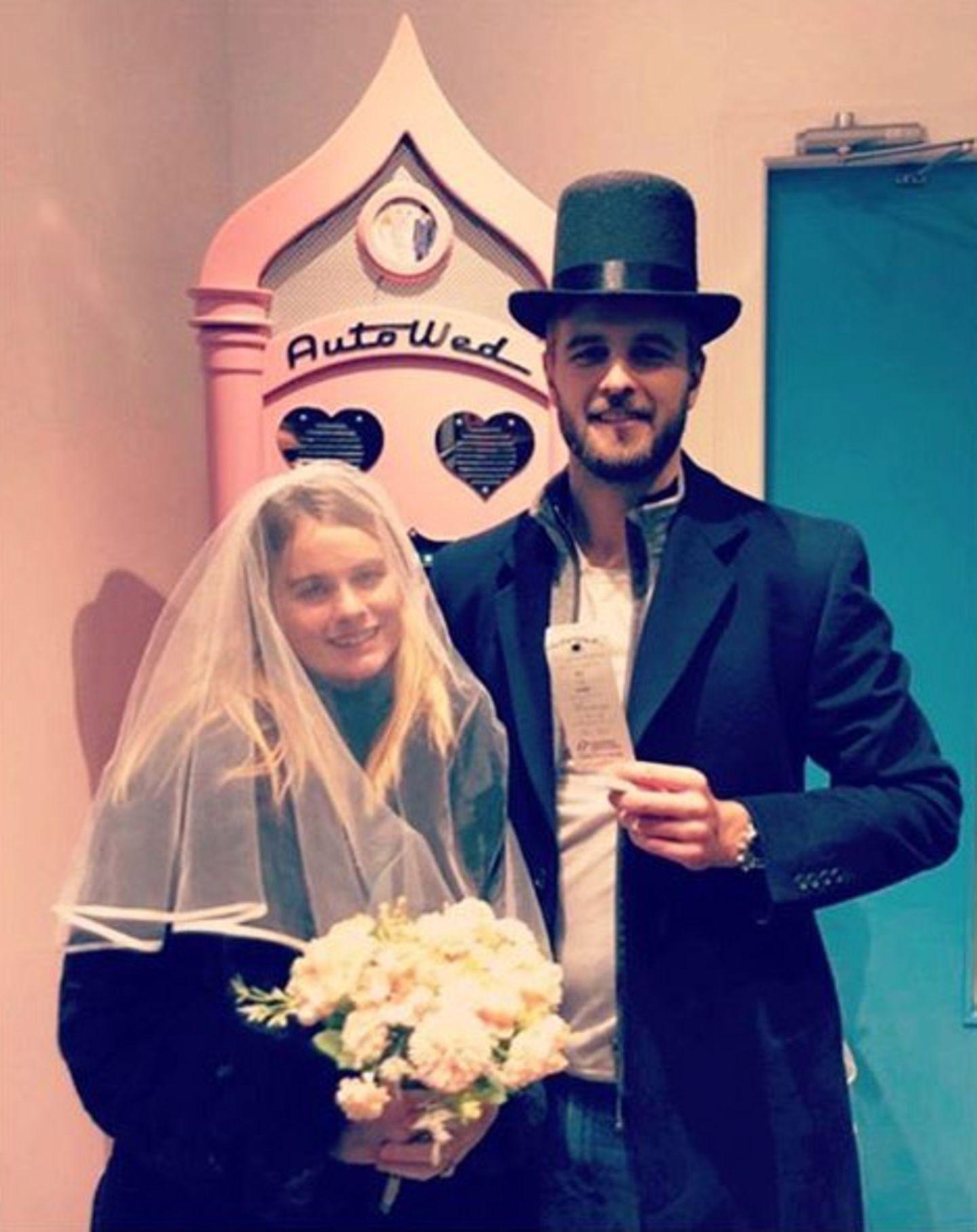 """7. Mai 2020  Eigentlich plante dieEx-Freundin von Prinz William, Cressida Bonas, nächstenAugust ihrenPartner Harry Wentworth-Stanley zu heiraten - bevor Corona ihnen einen Strich durch die Rechnung machte. Mit einem Augenzwinkern postet die zukünftige Braut zum Geburtstag ihres Liebsten nun schon mal ein gemeinsames """"Hochzeitsfoto""""vor einem Hochzeits-Automaten, der nicht nur (Plastik-)Ringe ausspuckt, sondern auch eine Eheurkunde ausdruckt. Zur Not muss das reichen."""