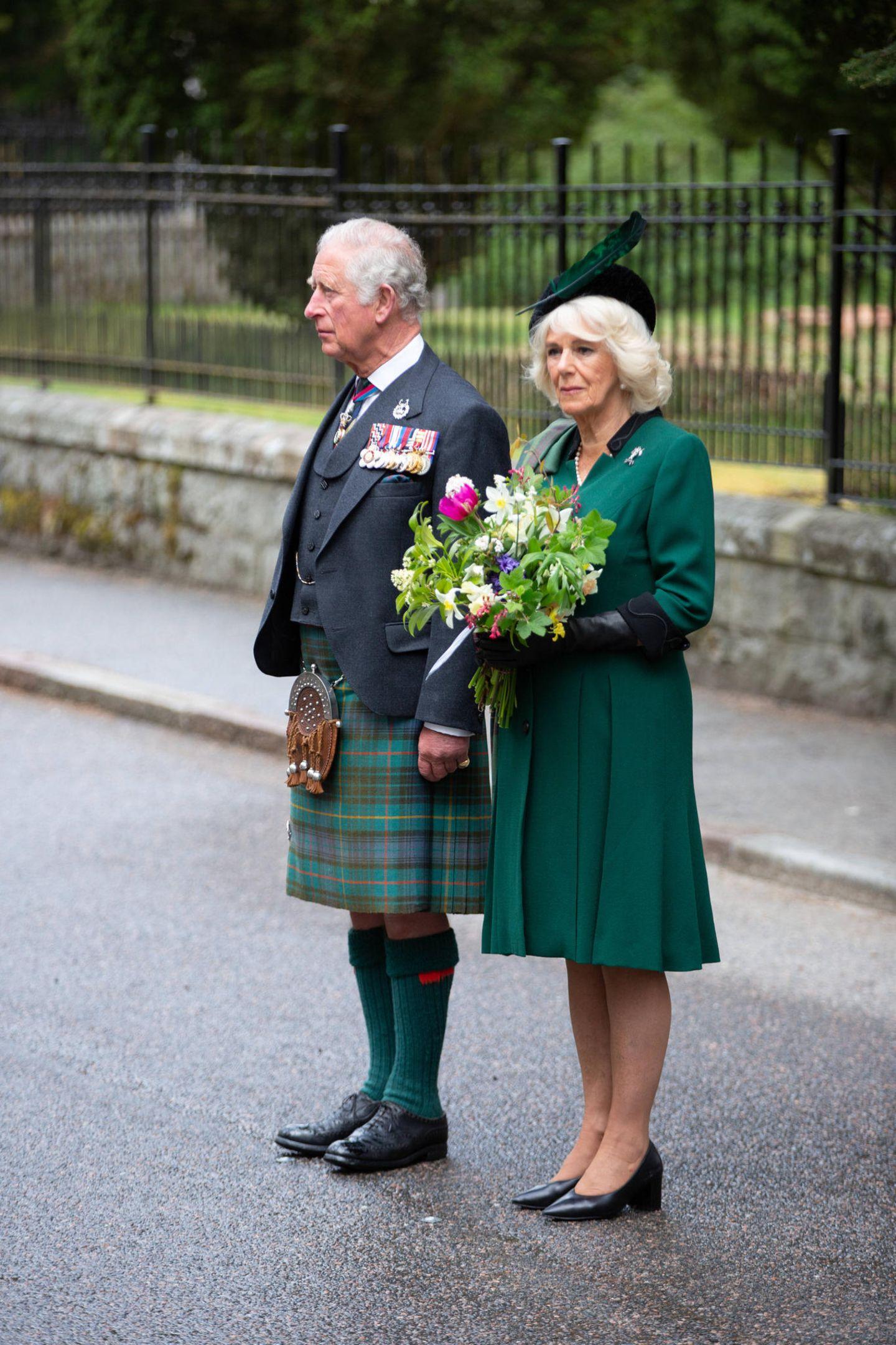 Um 11 Uhr istes am heutigen Freitag (8. Mai)ganz ruhig in Großbritannien: Zwei Minuten lang wird landesweit all jenen gedacht, die im Zweiten Weltkrieg kämpften und denen, die ihr Leben ließen. Da sich Prinz Charles von Wales und seine Ehefrau Camilla, die Herzogin von Cornwall, zur Zeit aufgrund der Corona-Pandemie auf ihrem schottischen Landsitz Birkhall aufhalten, legen sie sie gemeinsamam nahegelegenen War Memorial von Schloss BalmoralBlumen nieder.