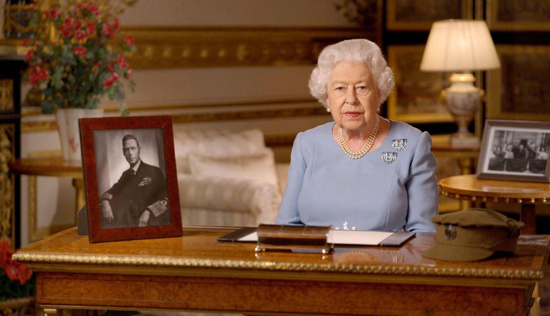 """8. Mai 2020  """"Niemals aufgeben,niemals verzweifeln"""": Zum Kriegsende vor 75 Jahren und der Befreiung von Nazi-Deutschland hielt Queen Elizabeths Vater König George VI. eine Ansprache an sein Königreich, in derer den vielen Menschen gedachte, die im Zweiten Weltkrieg ihr Leben ließen. Die Königin gedenkt zur gleichen Stunde 75 Jahre später nicht nur an die Opfer des Krieges, sondern zollt auch ihrem Vater diesen Tribut, sein Porträt ist sichtbar auf ihrem Schreibtisch positioniert."""