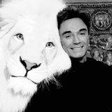 """8. Mai 2020: Roy Horn (75 Jahre)  Als Teil des Magier- und Dompteur-Duos """"Siegfried & Roy"""" wurde Roy Horn(r.) in den 1980er Jahren weltberühmt. Die Las-Vegas-Showsmit weißen Löwen und Königstigern waren legendär. 2003 kam es zu einem einem schweren Unfall, der das Ende ihrer Bühnenkarriere bedeutete. Roy Horn starb nun an der Folgen von Covid-19."""