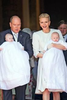 10. Mai 2015  Die Taufe ihrer Zwillinge Jacques und Gabriella war besonders für Fürstin Charlène ein Tag purer Freude. Während Fürst Albert seine kleine Prinzessin ganz konzentriert im Arm hält, präsentiert die Mama ihre Täuflinge mit einem strahlenden Lachen auf dem Gesicht.