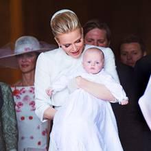 Ein Tag purer Freude: Fürstin Charléne mit ihrem Täufling Prinz Jacques auf dem Arm.