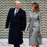 """Der 8. Mai ist als""""Tag der Befreiung"""" oder auch """"VE-Day"""" in die Geschichte eingegangen, denn er markiert das Ende des Zweiten Weltkrieges. Bei denFeierlichkeiten am""""World War II Memorial"""" in Washington setzt Melania Trump auf schlichte Fashion-Klassiker. Mit dem zweireihigen Mantel von Altuzarra ist die First Lady nicht nur dem Anlass entsprechend gekleidet, durch seinen taillierten Schnitt hat der Mantel denVorteil, dass erdie Silhouette der First Lady optisch streckt.Zusätzlich wird der Effekt von denschwarzenManolo-Blahnik-Pumps für ca. 575 Euro unterstützt."""