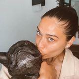 Topmodel Shanina Shaik und ihre niedliche Französische Bulldogge Choppa genießen die viele Kuscheleinheiten währendderQuarantäne.