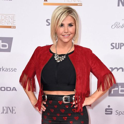 Beatrice Egli putzt Bad im Party-Outfit