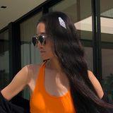 """Vera Wang scheint einen besonders großen Schluck aus der Quelle der ewigen Jugend genommen zu haben! Kaum zu glauben, dass die Designerin bereits 70 Jahre alt ist. In der weißen Jeansshorts und dem orangefarbenen Sport-BH von """"Palm Angels"""" zeigt die Modeschöpferin ihren Wow-Body, der eher dem einer 20-Jährigen gleicht."""