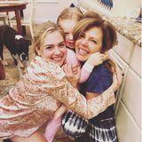 Kate Upton und ihre Tochter Genevieve knuddeln Mama und Oma Shelley Upton zum Muttertag so richtig durch.