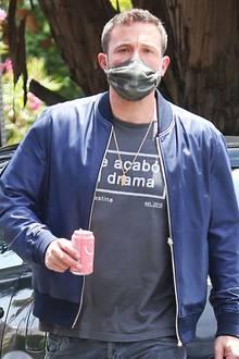 Lässiger Blouson, Statement-Shirt und ein Accessoire, das nicht zu übersehen ist: Ben Affleck kommt gerade von seiner Freundin Ana de Armasund trägt einen Liebesbeweis um den Hals, der jedes Freundschaftskettchen vor Neid erblassen lässt...