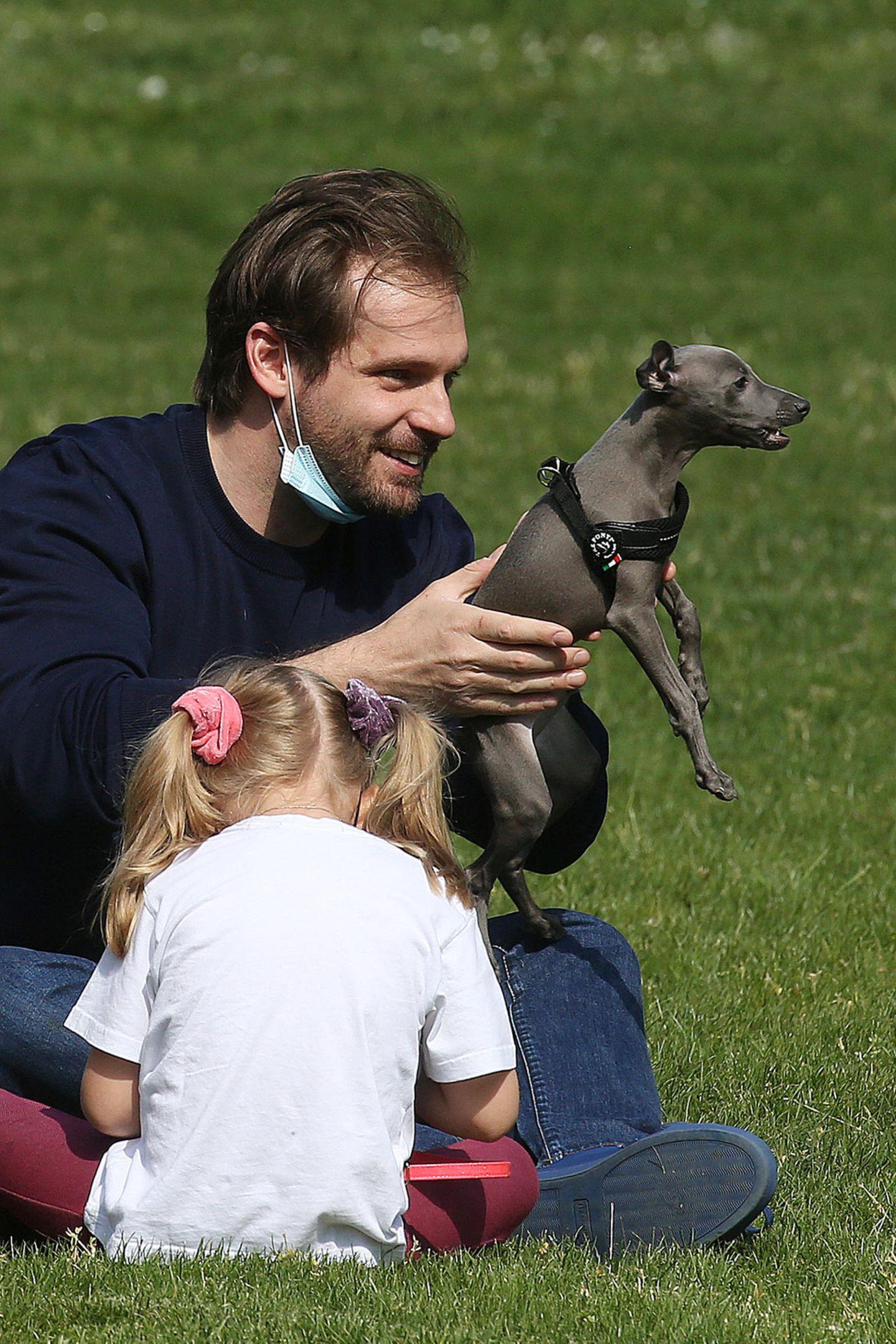 10. Mai 2020  Natürlich immer unter Papas Aufsicht. Auch den jüngsten Familienzuwachs, den Greyhound-Welpen Odino, hat Tomaso Trussardi mit auf den Ausflug in den Park genommen.