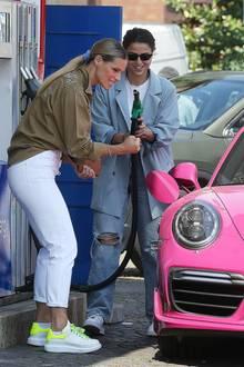 10. Mai 2020  Endlich wird es Sommer. Michelle Hunziker tankt ihren PS-starken pinkfarbenen Sportwagen auf und freut sich mit geballter Faust auf die anstehende Spritztour.