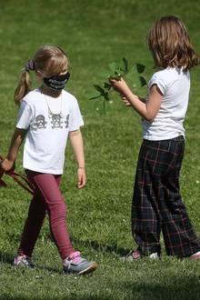 10. Mai 2020  Und während Mama sich um ihren Porsche kümmert, spielen die Töchter Celeste und Sole einträchtig im Park.