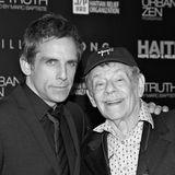 """11. Mai 2020: Jerry Stiller (92 Jahre)  Der aus US-Sitcoms bekannte Schauspieler Jerry Stiller ist tot. Das gab sein Sohn Ben Stiller (54) am Montag bekannt. """"Ich habe die traurige Nachricht zu überbringen, dass mein Vater gestorben ist"""", steht in der Twitter-Nachricht.In """"King of Queens"""" spielte er den kauzigen Schwiegervater Arthur Spooner, aber auch in der 90er-Jahre-Serie """"Seinfeld"""" war er häufig zu sehen. Stiller wirkte auch in etlichen Kinofilmen mit, darunter """"Zoolander"""", """"Airport 2"""" und """"Stoppt die Todesfahrt der U-Bahn 123""""."""