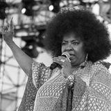 """10. Mai 2020: Betty Wright (66 Jahre)  Die Musikwelt trauert erneut um einen Star. Die Soulsängerin Betty Wright ist im Alter von 66 Jahren gestorben. Bereits mit 14 Jahren hielt sie sich mit dem Song """"Girls Can't Do What the Guys Do"""" in den Charts, der Durchbruch kam im Alter von 17 Jahren mit """"Clean Up Woman"""". Für ihren Song """"Where Is The Love"""" erhielt sie sogar einen Grammy. Nun ist die Soulstimme verstummt."""