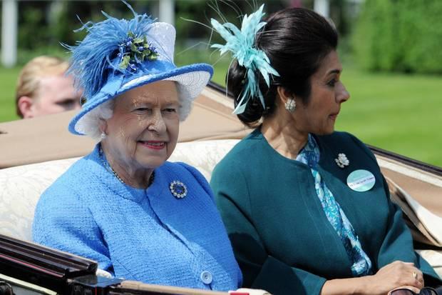 Königin Elizabeth (l.) und Prinzessin Sarvath El Hassan von Jordanien (r.) auf der Rennbahn von Ascot im Juni 2013.