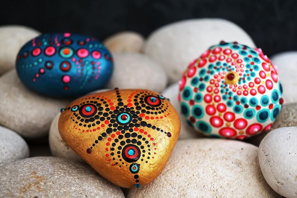 Steine bemalen, bunte Steine, angemalte Steine, drei Steine mit Muster und Motiven