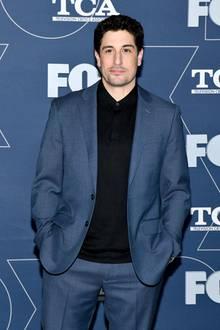 """Im Januar 2020 zeigt sich Jason Biggs auf dem Red Carpet bei einer Party in Kalifornien und scheint seit """"American Pie"""" kaum gealtert zu sein. Mit einem verschmitzten Lächeln im Gesicht und in einen schicken Anzug gehüllt, posiert der Schauspieler selbstbewusst für die Fotografen."""