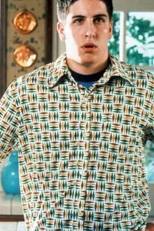 """Mit der Teenager-Komödie """"American Pie"""" gelingt Jason Biggs im Jahr 1999 der Durchbruch. Seitdem ist der Schauspieler mit den braunen Locken auf der Kinoleinwand und dem Red Carpet zu Hause. Mittlerweile ist der 42-Jährige rund 20 Jahre im Show-Geschäft und hat sich optisch kaum verändert."""