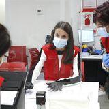 11. Mai 2020  Königin Letizia von Spanien besucht unter strenger Einhaltung der Hygienevorschriften das Hauptquartier des Roten Kreuzes in Madrid. Die spanische Hauptstadt ist als eines der Epizentren besonders schwer von der Pandemie betroffen und hält weiterhinan strikten Ausgangsbeschränkungen fest.