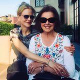 Sie könnten auch Schwestern sein: Die australische Schauspielerin Nicole Kidman posiert anlässlich des Muttertags innig mit Janelle Ann Kidman, ihrer 80-jährigen Mama. Was für ein hübsches Mama-Tochter-Duo!