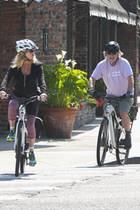 Die autoleeren Straßen in Zeiten der Pandemie sind ein Traum für begeisterte Radfahrer. Auch Goldie Hawn und Gatte Kurt Russell nutzen das sonnige Wetter für eine gemeinsameTour durch Los Angeles.