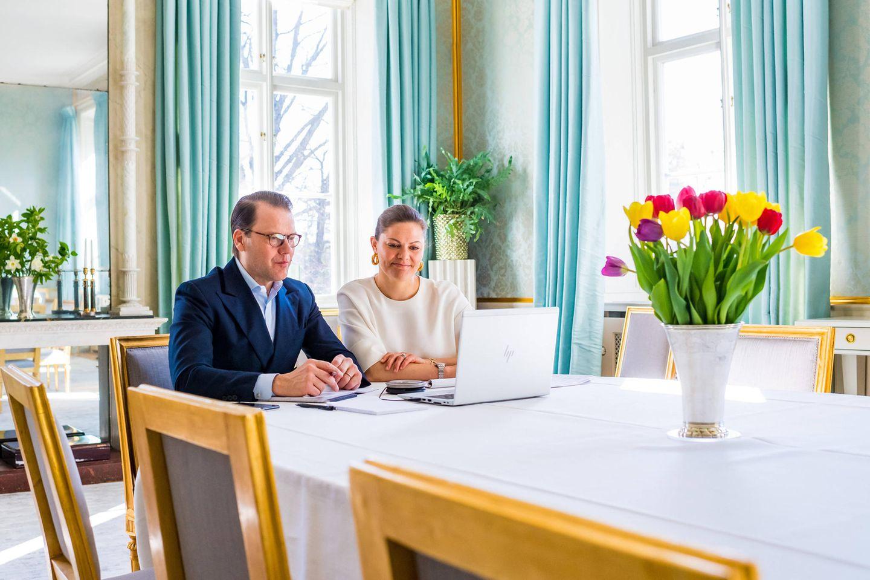 Prinz Daniel und Prinzessin Victoria in ihrem Speisezimmer auf Schloss Hage. Von hier aus erledigen sie ihre royalen Pflichten und halten Kontakt mit der Außenwelt.