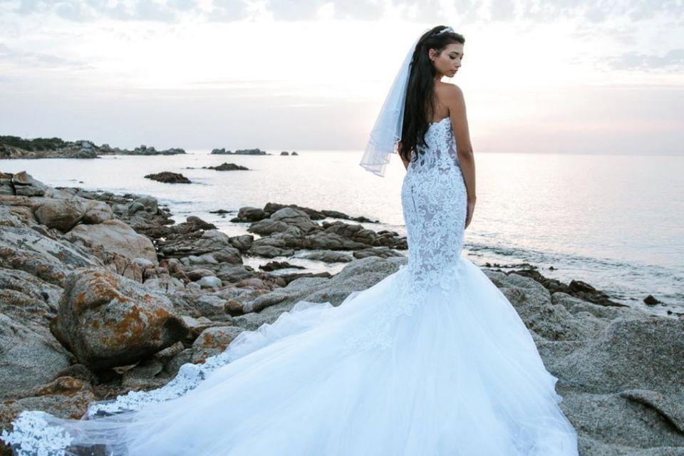 Traumkleid vor Traumkulisse: Paola Maria heiratete in einem wunderschönen Kleid mit langer Schleppe und Meerjungfrauen-Schnitt.