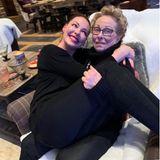 """Ups, einen Tag zu spät aber nicht weniger herzlich gratuliert Katherine Heigl ihrer Mutter Nancy zum Muttertag. In einer langen Liebeserklärung schreibt sie auf Instagram, was ihr ihre Mutter bedeutet und wie sehr sie sie inspiriert:""""Meine Mutter ist meine Mentorin, Beschützerin, Freundin und Partnerin in all meinen 41 Jahren. Du bist die Olive in jedem einzelnen meiner Martinis""""."""