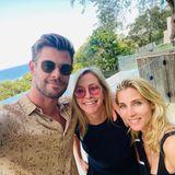 Zum Muttertag postet Chris Hemsworth ein Foto von sich und seinerFrau Elsa Pataky, wie sie Chris' Mutter Leonie in die Mitte nehmen.Die Follower fragen sich, wie es Leonie Hemsworth schafft, mit ihren 60 Jahren so jugendlich auszusehen, dass sie glatt als seine ältere Schwester durchgehen würde... Gute Gene eben!