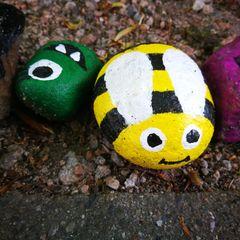 Steine bemalen, bunte Steine, Biene auf Stein gemalt