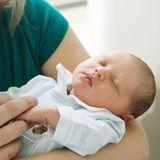 13. Mai 2020  Voller Zärtlichkeit hält Prinzessin Stéphanie die kleinen Fingerihres neugeborenen Sohnes.