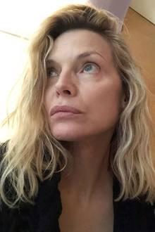 """Wow! Michelle Pfeiffer zeigt auf diesem Instagram-Bild, dass es nicht immer Make-up bedarf, um gut auszusehen. Kaum zu fassen, dass die Schauspielerin bereits 62 Jahre alt ist! Zu ihrem ungeschminkten Selfie schreibt sie: """"Ist es schon vorbei?"""", womit sie offensichtlich die Quarantäne beziehungsweise Coronakrise meinen dürfte, was ihren nachdenklichen Blick erklärt."""