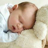 13. Mai 2020  Eng aneinen weichen Teddy gekuschelt verschläft der kleine Prinz sein erstes Fotoshooting.