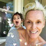 Zum Muttertag postet Brigitte Nielsen dieses niedliche Foto von sich und ihrer Tochter. Quietschvergnügt schaut Frida in die Kamera und zeigt ihrer Mama, wie lieb sie sie hat.