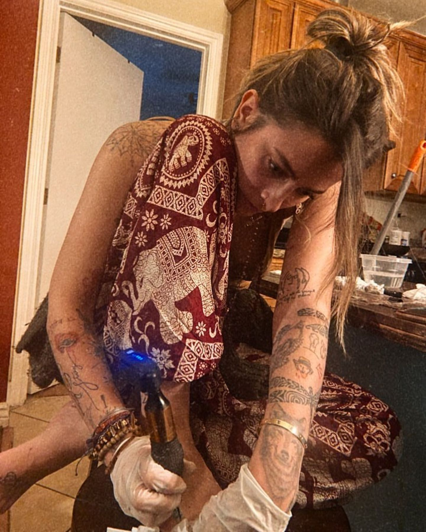 12. Mai 2020  Noch gibt es freie Stellen am Körper.Wenn in Coronazeiten die Tattoo-Studios nicht geöffnet haben, muss es eine andere Lösung geben. Paris Jackson ist gut ausgerüstet und greift selbst zur Tattoomaschine, um ein Kunstwerk auf ihren Fußrücken zu zaubern.