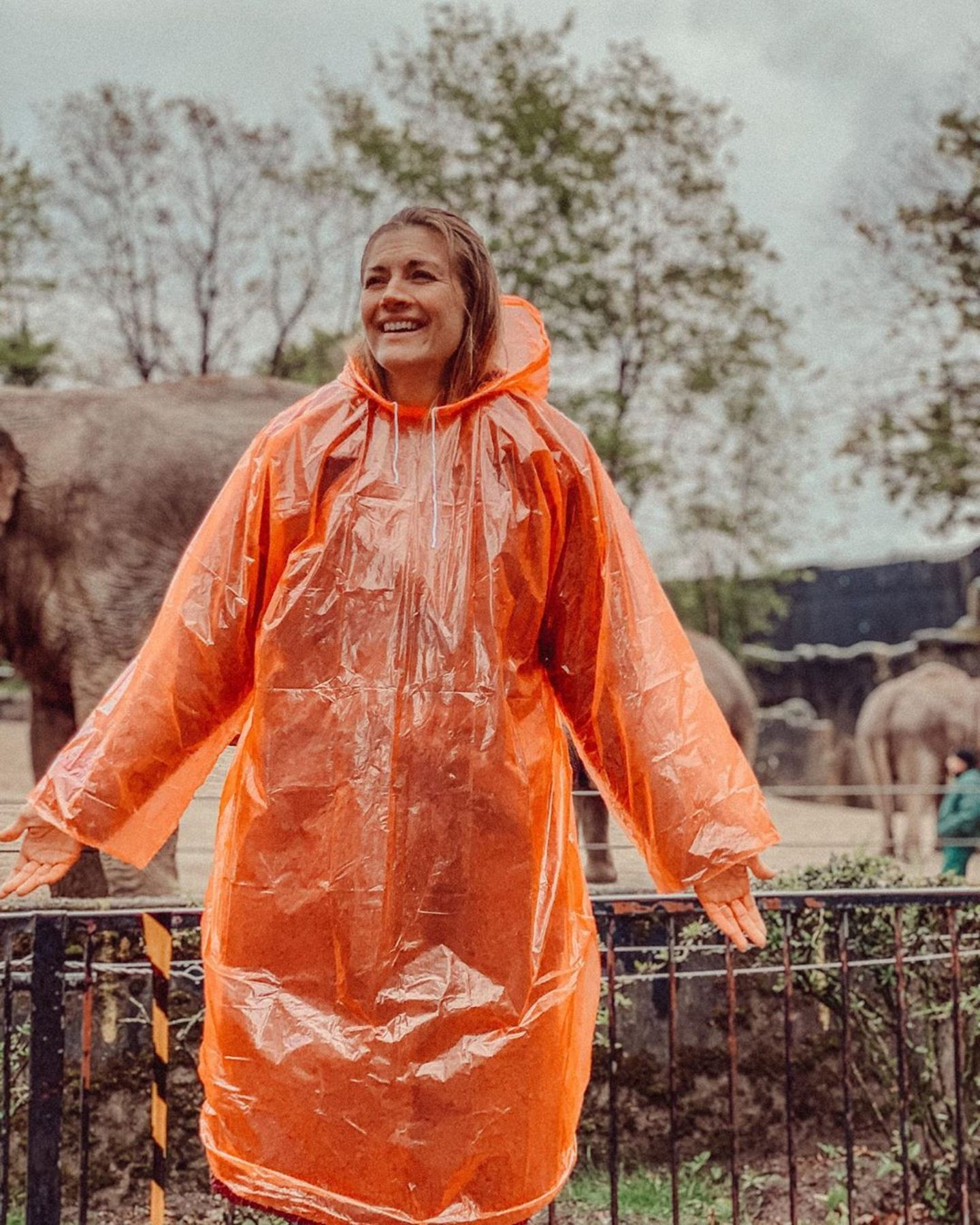 12. Mai 2020  Es gibt kein schlechtes Wetter, nur unpassende Kleidung! Nach zwei Monaten zuhause genießt Nina Bott den ersten Ausflug in den Hamburger Tierpark Hagenbeck. Dieser Freude kann auch das Schmuddelwetter nichts anhaben.
