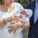"""13. Mai 2020  In den Armen von Mama Stéphanie fühlt sich der kleine Charles pudelwohl. Wovon er hier wohl gerade träumt? Vielleicht ja von zuhause, denn dort wird die Familie nach dem Shooting vor dem Krankenhaus """"Maternité Grande-Duchesse Charlotte"""" in Luxemburg aufbrechen."""
